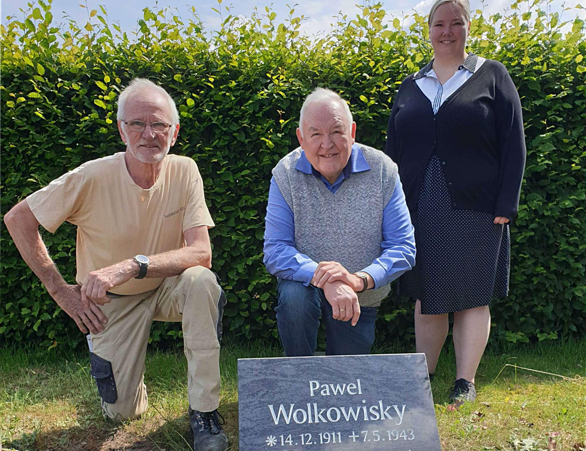 Dieter Löding (von links), Henry Gerken und Ina Schwarz freuen sich über den neuen Stein für den Toten. Foto: Tobias Woelki