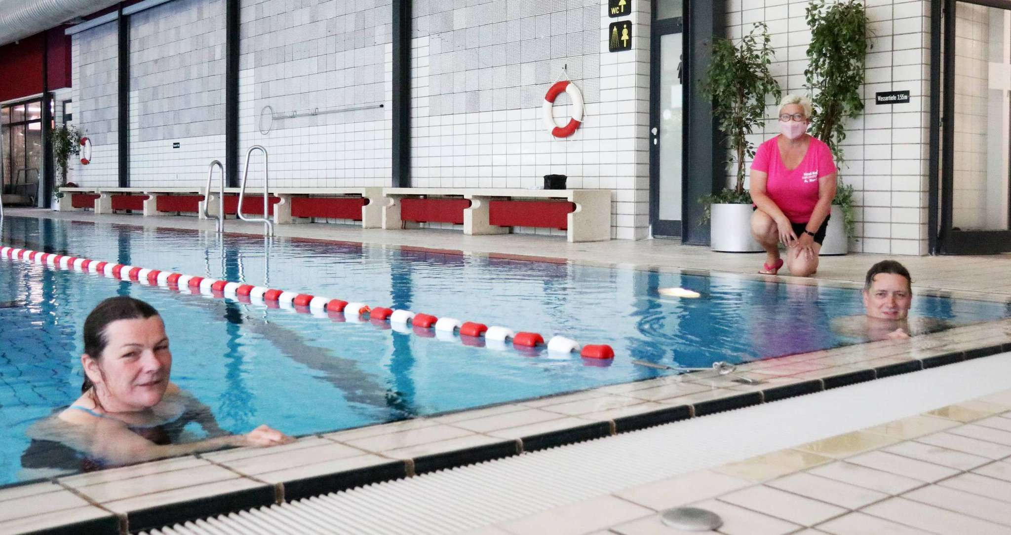 Die Schwimmgäste Britta Schröder und Peter Coors aus Visselhövede genießen das ruhige Schwimmen unter der Aufsicht von Anja Runge.  Fotos: Nina Baucke