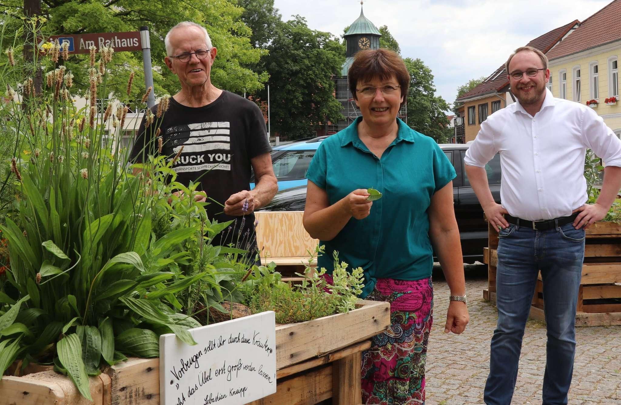 Wim Liefers (von links), Susanne Rohr und Christian Oddoy sind gespannt, wie die Visselhöveder das Angebot in den Palettenhochbeeten annehmen. Foto: Nina Baucke