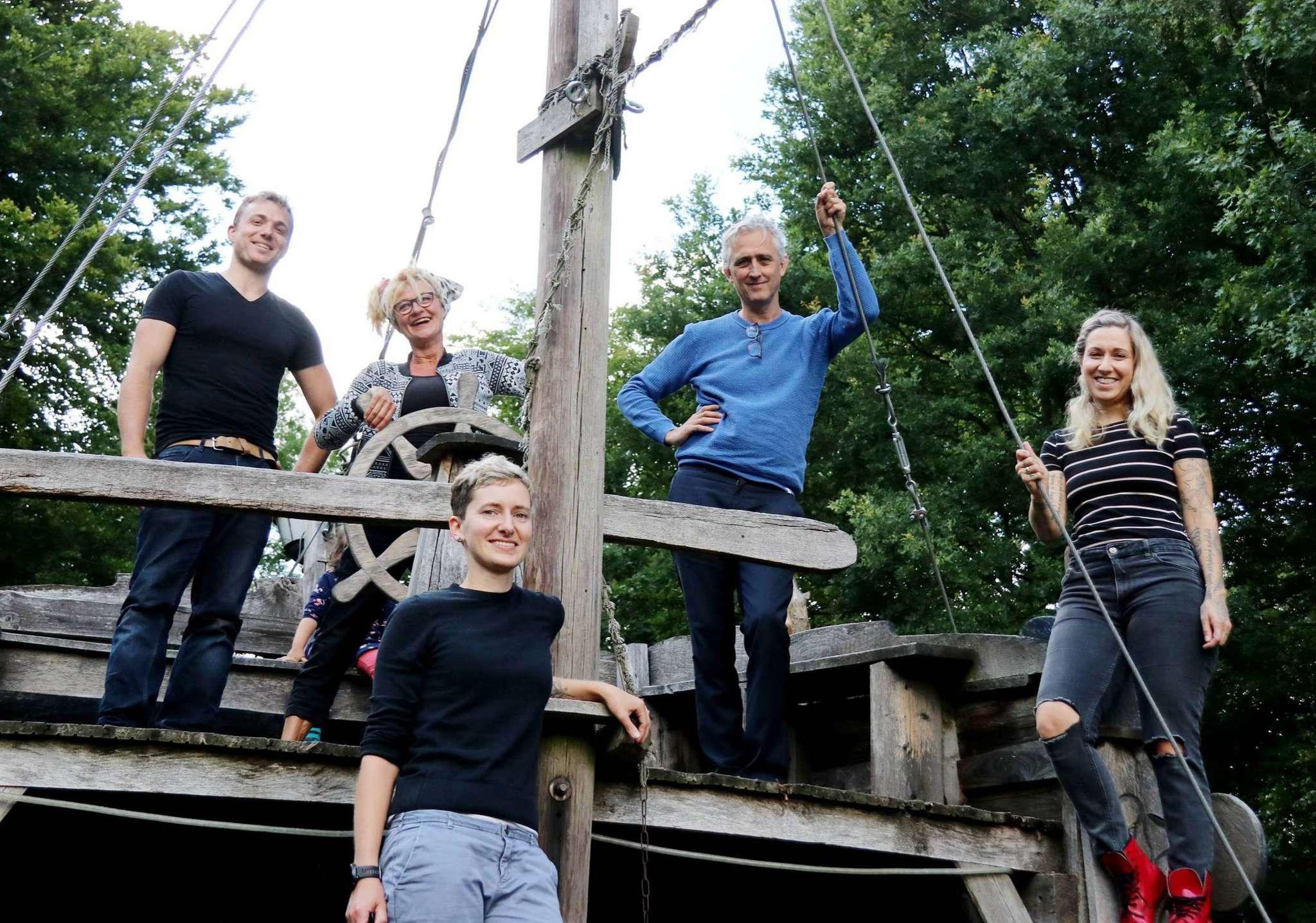 Moritz von Zeddelmann (von links), Karin Schroeder, Katja Müller, Michael Bandt und Zsuzsa von Zeddelmann freuen sich auf das Sommertheater. Foto: Nina Baucke