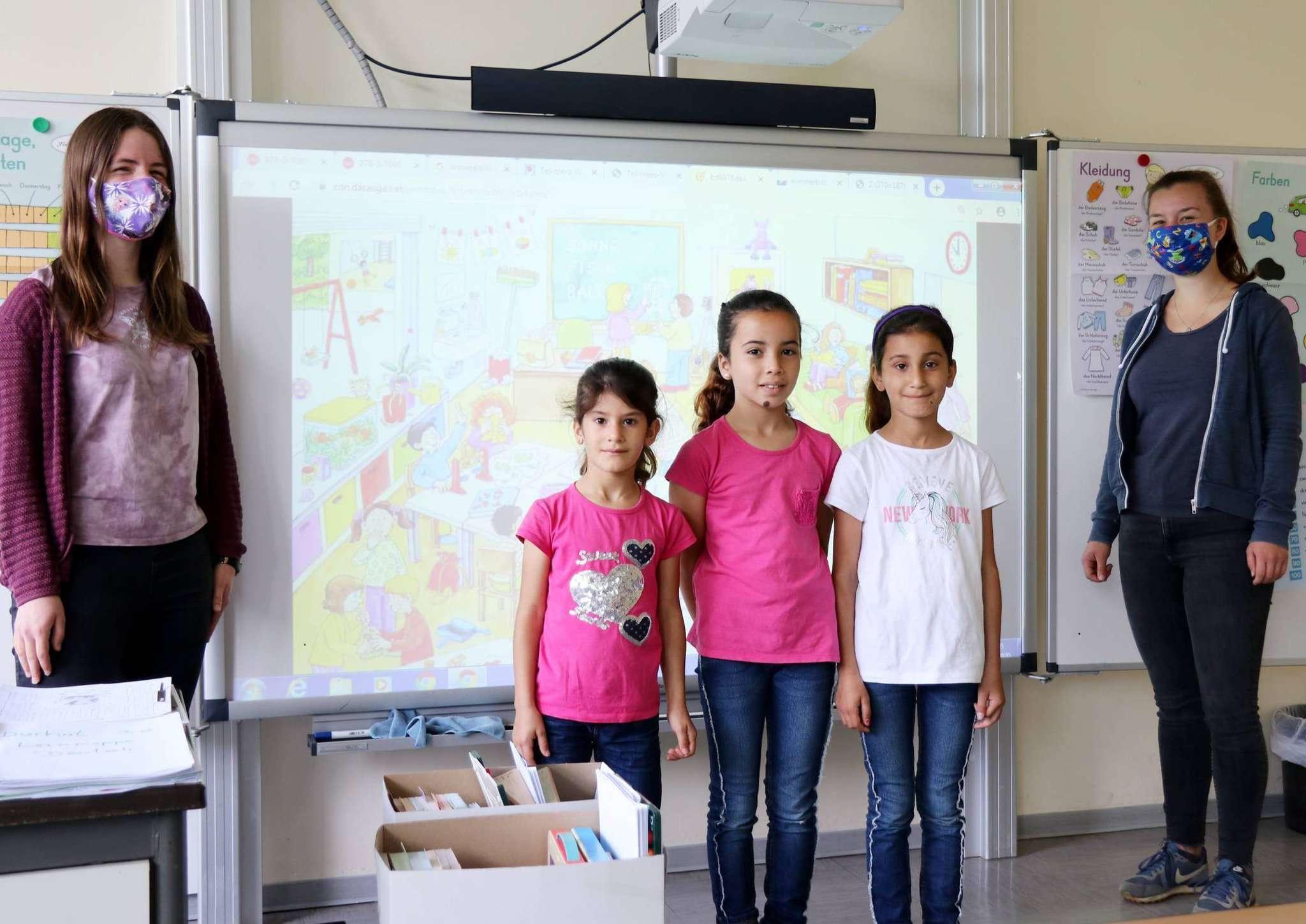 Die Referandarinnen Elea Renken (links) und Nele Nareyke (rechts) helfen Widaa (zweite von links), Safa und Satira beim Deutschlernen. Fotos: Nina Baucke