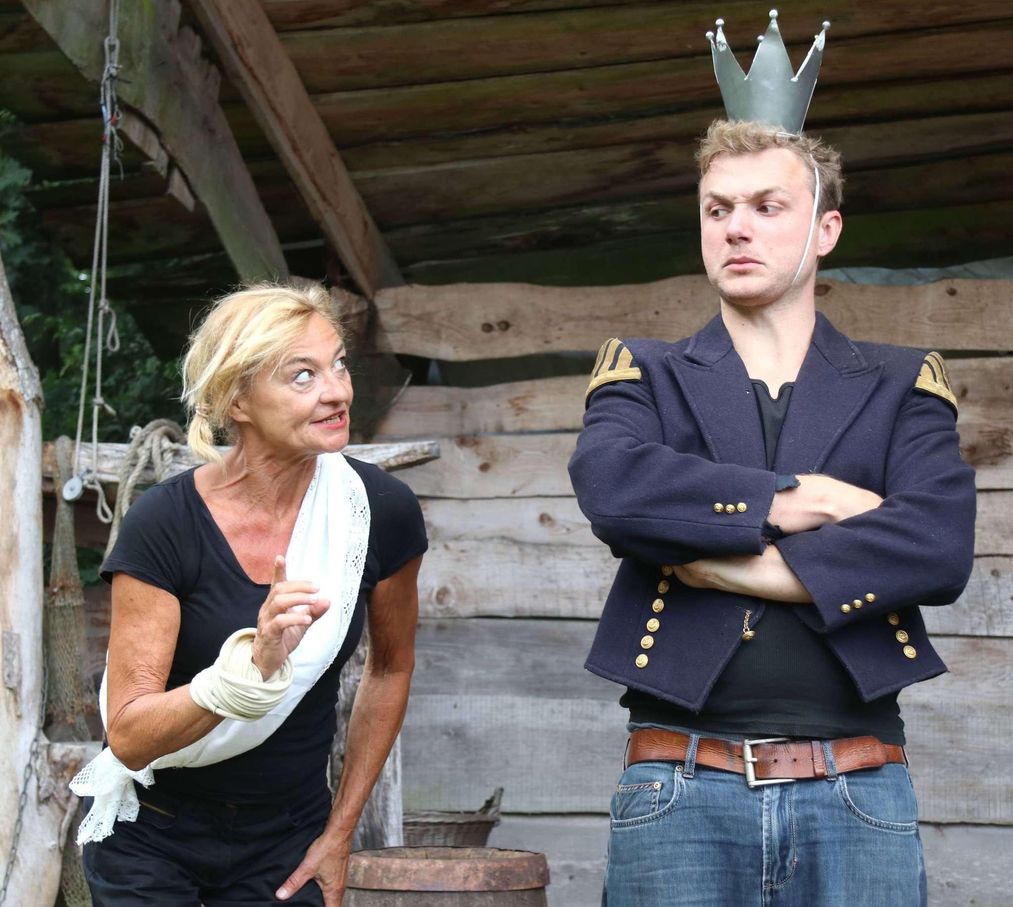 Der Minister (Karin Schroeder) hat eine Idee, wie sich ein Bauernknecht als Schwiegersohn vermeiden lässt u2013 und da ist der König (Moritz von Zeddelmann) ganz Ohr. Foto: Nina Baucke
