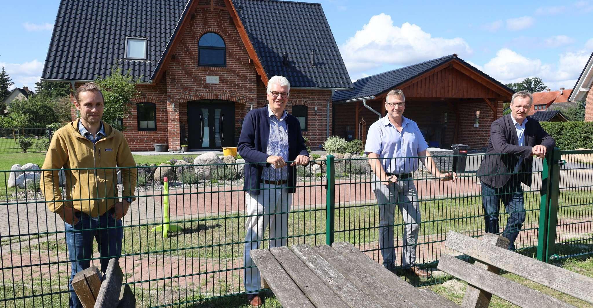 Daniel Böhmer (von links), Ralph Goebel, Henning Vollmer, und Christian Harrje begutachten den Zaun, der von den Einwohnern erbaut wurde. Foto: Henning Leeske