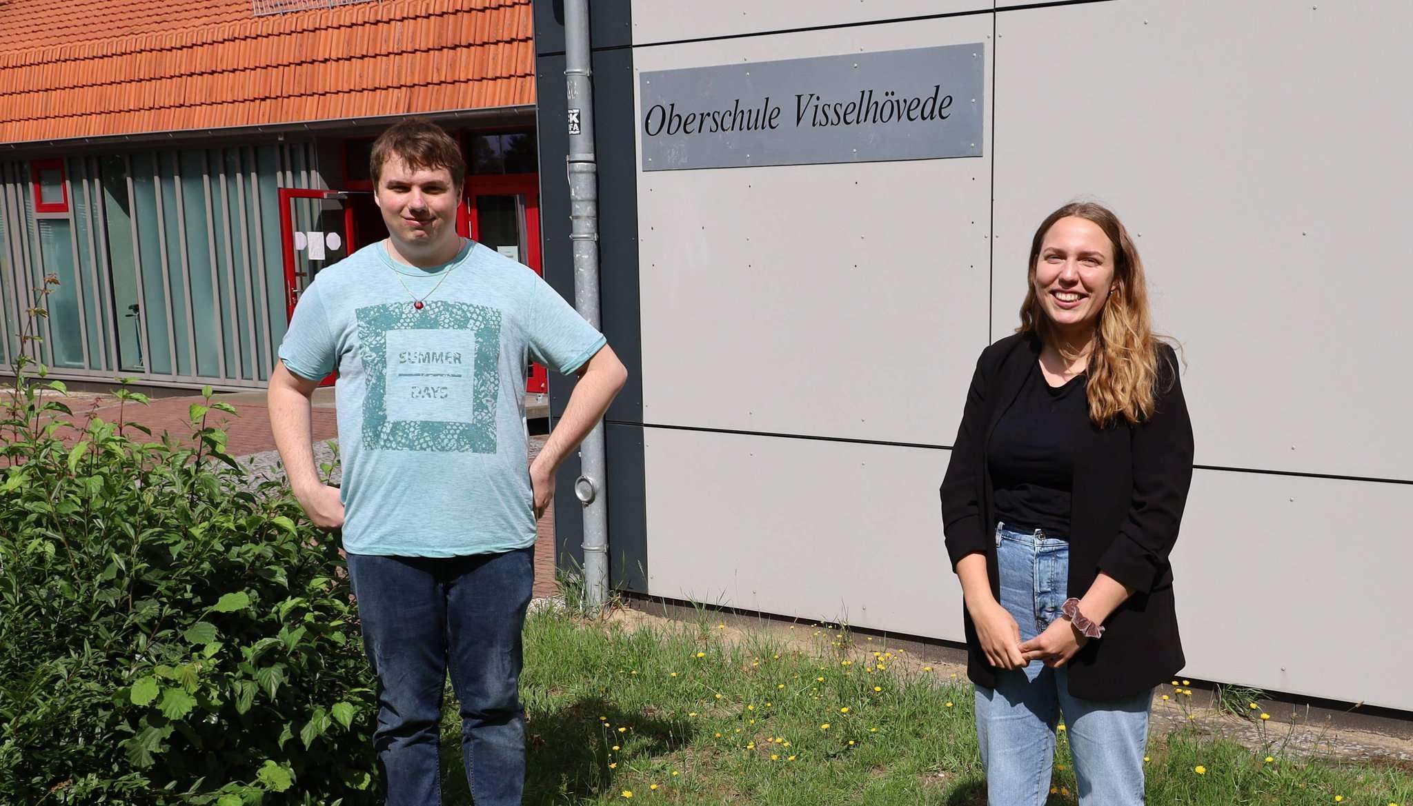Nico Metze und Merle Gräf waren ein Jahr Bufdis an der Oberschule Visselhövede. Foto: Henning Leeske