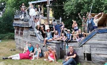Kinder machen Theater auf dem Piratenplatz in Hartböhn  Von Nina Baucke