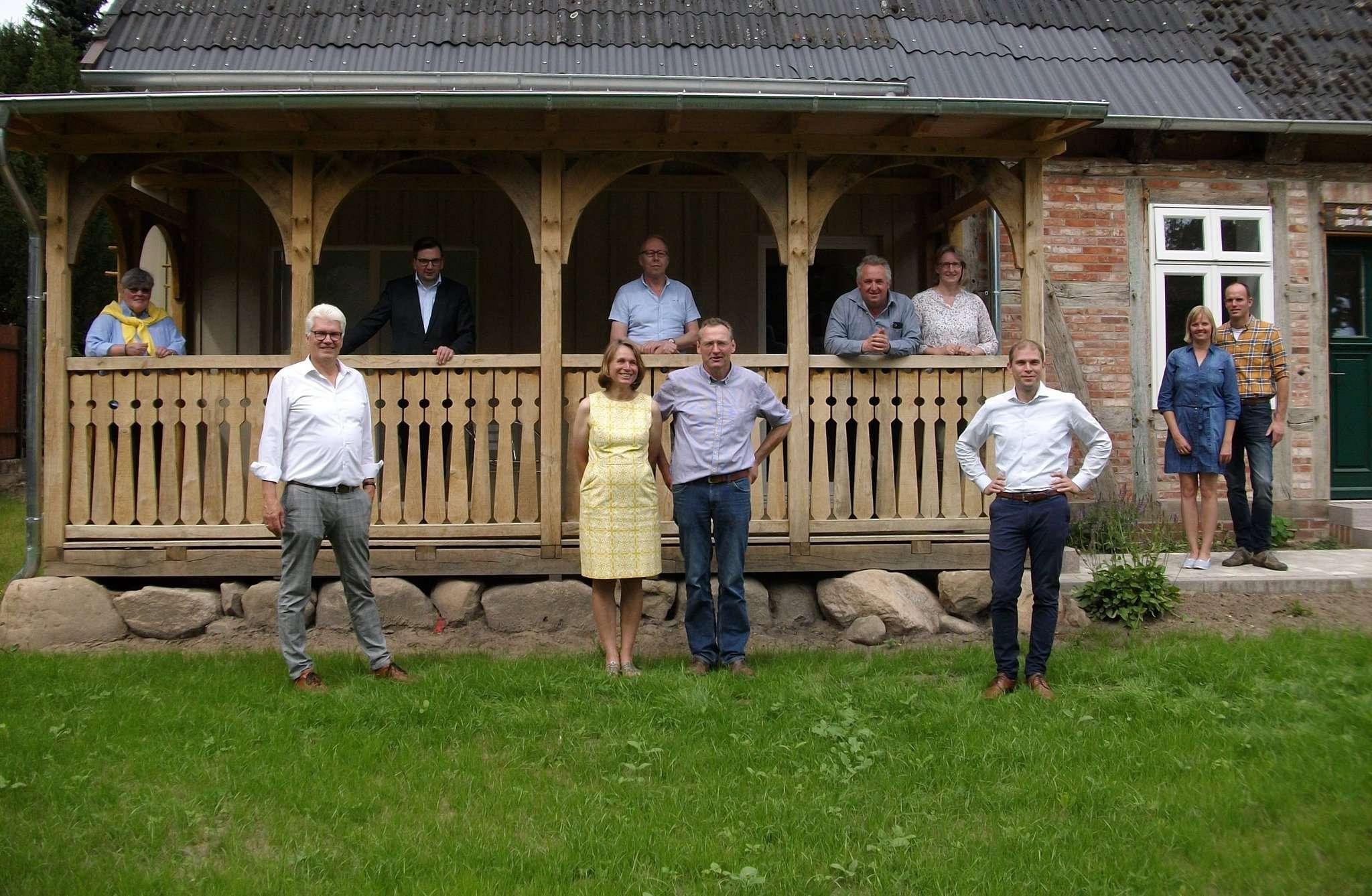 Die Delegation mit Bürgermeister Ralf Goebel (vorne links) und Eike Holsten (vorne rechts) vor der alten Schule.