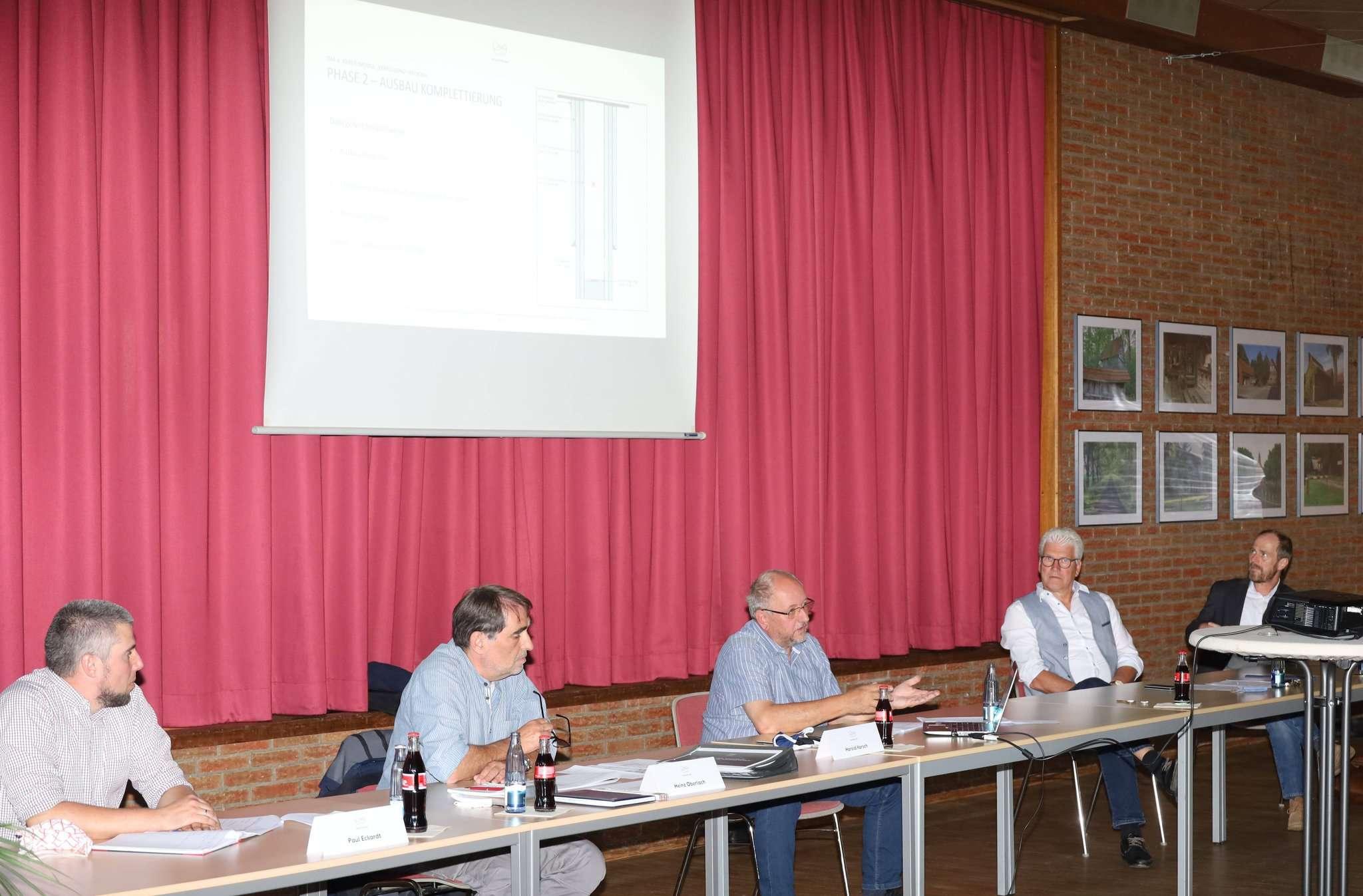Projektleiter Paul Eckhardt (von links), Wintershall Dea-Firmensprecher Heinz Oberlach, Bohringenieur Harold Karsch und Bürgermeister Ralf Goebel im DGH Wittorf.