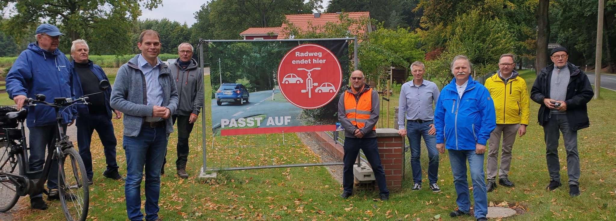 Die Aktivisten der Initiative stellten gemeinsam mit Eike Holsten (dritter von links) in Jeddingen ein neues Plakat vor.