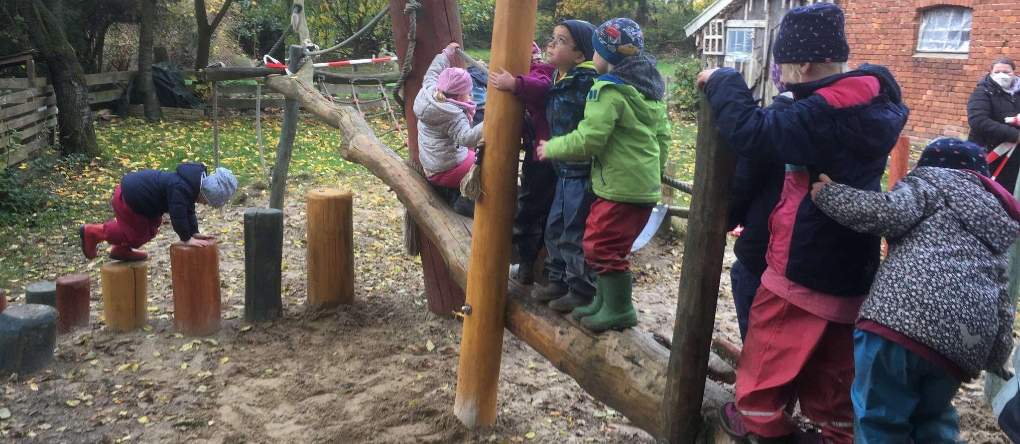 Die Momo-Kinder unterzogen das neue Spielgerät einer eingehenden Prüfung.