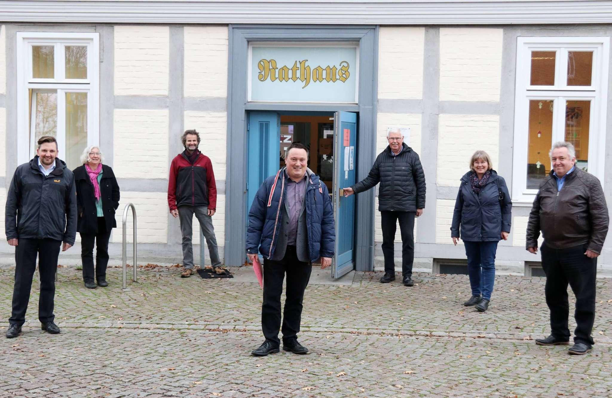 Michael Meyer (CDU, von links), Hedi Schmidt (Grüne) , Heiner Gerken sowie Willi Bargfrede (von rechts), Dagmar Kühnast und Lothar Cordts schicken Harald Glüsing in das Rennen um das Visselhöveder Rathaus. Foto: Nina Baucke