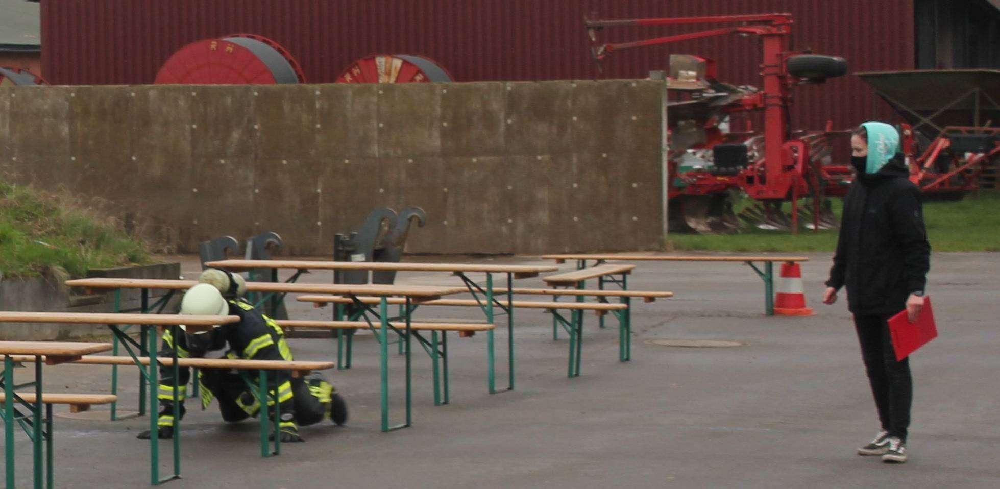 Die Feuerwehren stellen die Fitness ihrer Atmenschutzgeräteträger mit einem Hindernisparcours auf die Probe.