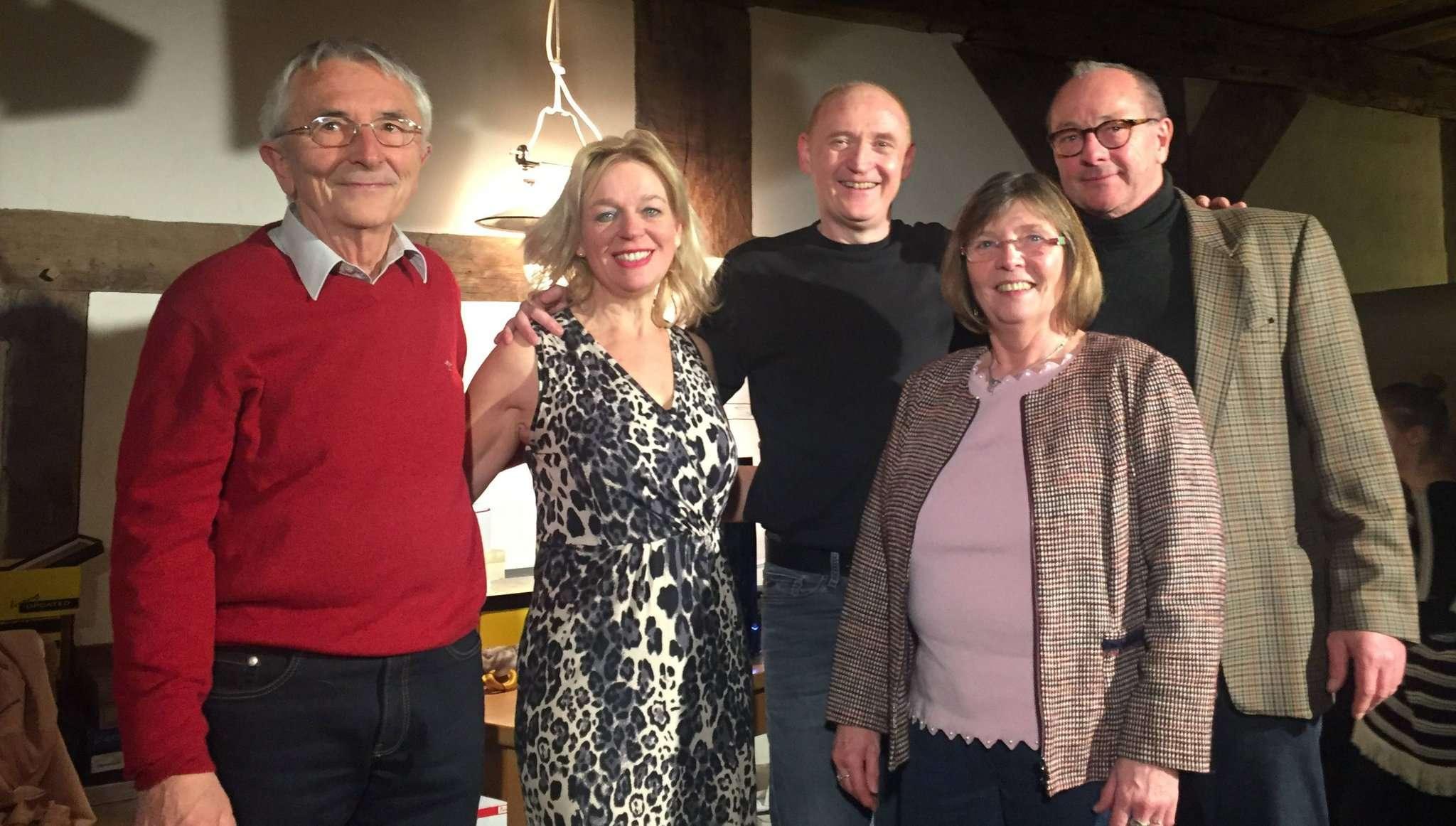 Noch im Januar gratulierten Jürgen Schmidt (links), Hans-Wilhelm Meyer (von rechts) und Anke Lütjens dem Theaterduo von Lafibo zur gelungen Aufführung. Foto: Janila Dierks