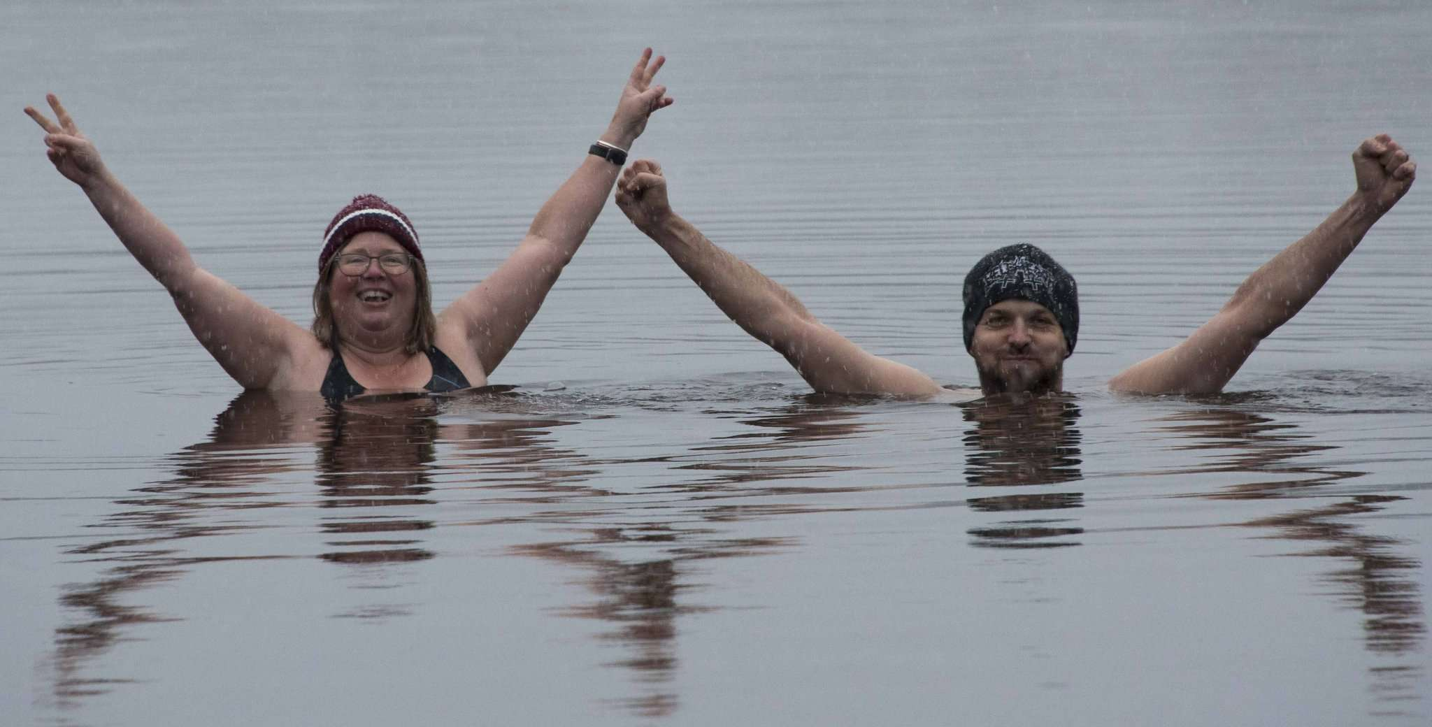 Der Sprung ins kalte Wasser: Ulla Heyne muss sich da erst überwinden, Sergej Tschernow dagegen nimmt die Temperaturen um den Gefrierpunkt ganz gelassen. Foto: Heyne
