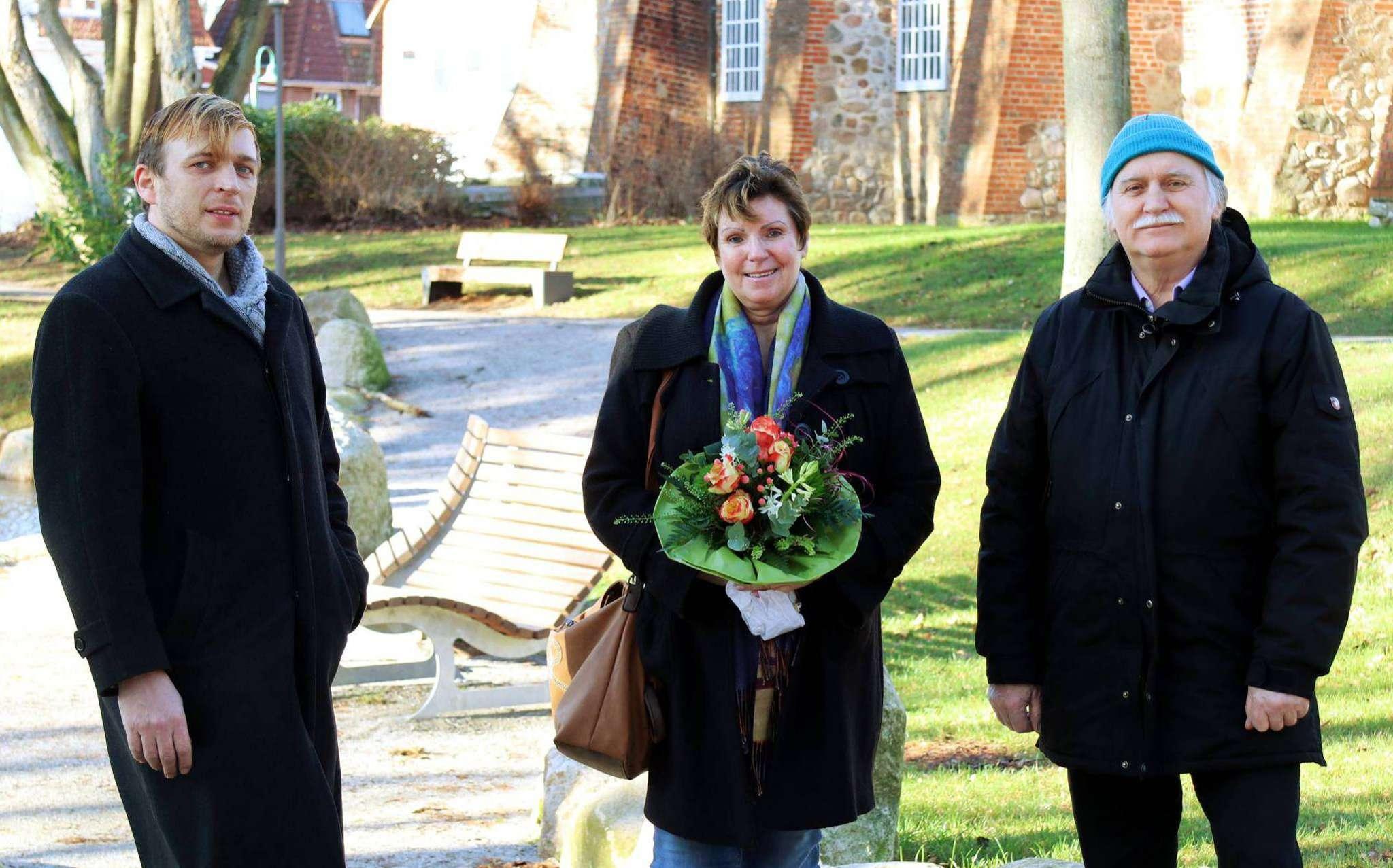 Henning Cordes (links) und Eckhard Langanke freuen sich, dass Sabine Schulz als Bürgermeisterin kandidiert. Foto: Nina Baucke