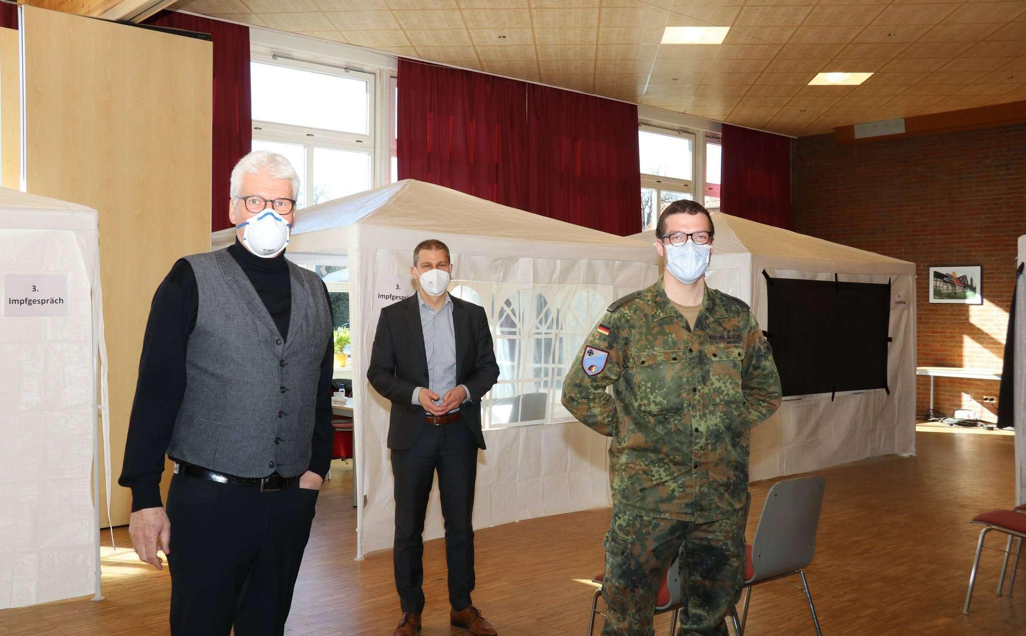 Ralf Goebel (von links), der CDU-Landtagsabgeordnete Eike Holsten und Chris Knoblauch stellten die Arbeit in der Impfeinrichtung in Wittorf vor. Foto: Nina Baucke