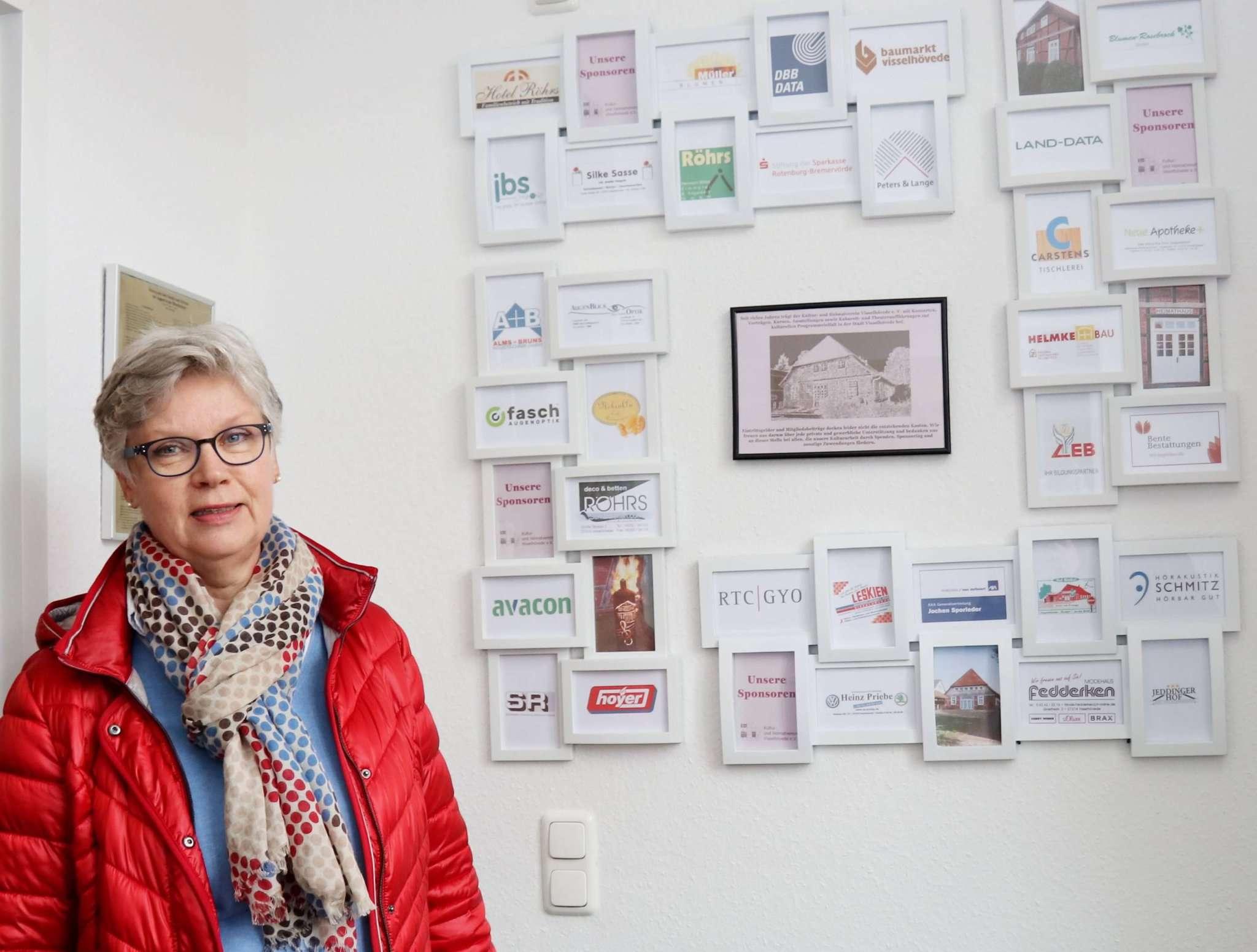 Christiane Wuttke neben der neuen Sponsorenwand: Die Vorsitzende des Kultur- und Heimatvereins freut sich, dass trotz Corona die Mitgliederzahl gestiegen ist. Foto: Nina Baucke