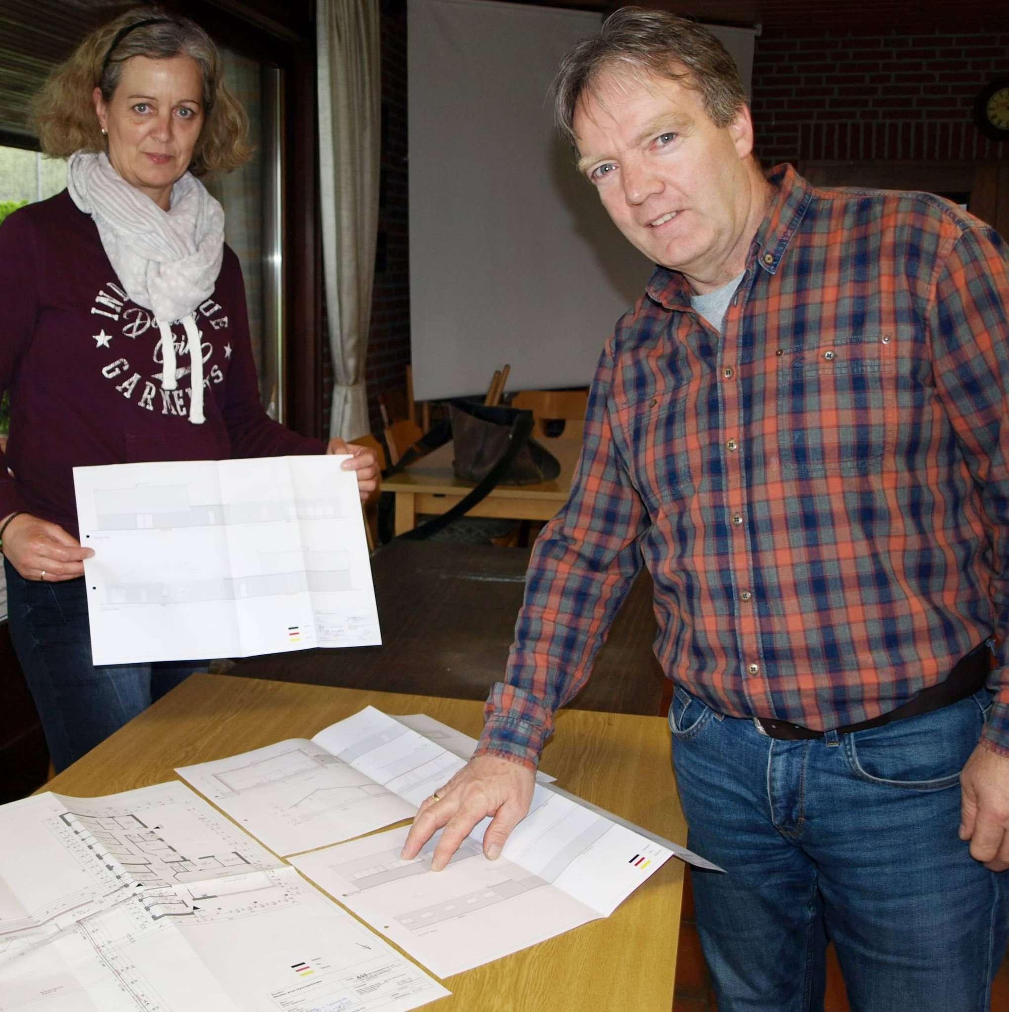 Kathrin Linnemann und Andreas Jessen präsentieren die Baupläne für die Kleinsporthalle, die an der Straße Dieckkamp entstehen soll. Foto: Jens Wieters