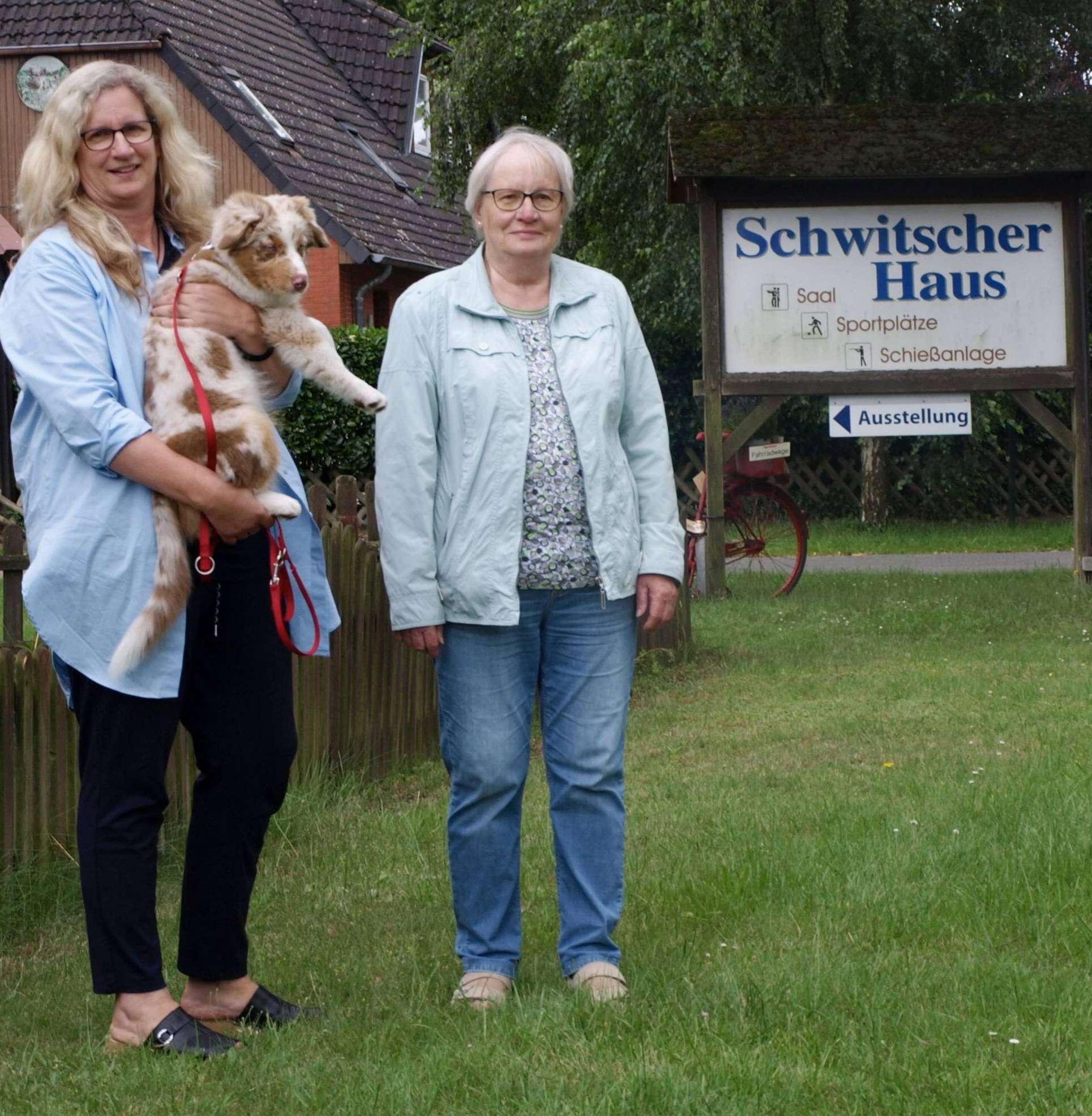 Dörte Worthmann (links) und Bärbel Becker wollen den Bau direkt vor dem Haus verhindern.  Foto: Jens Wieters