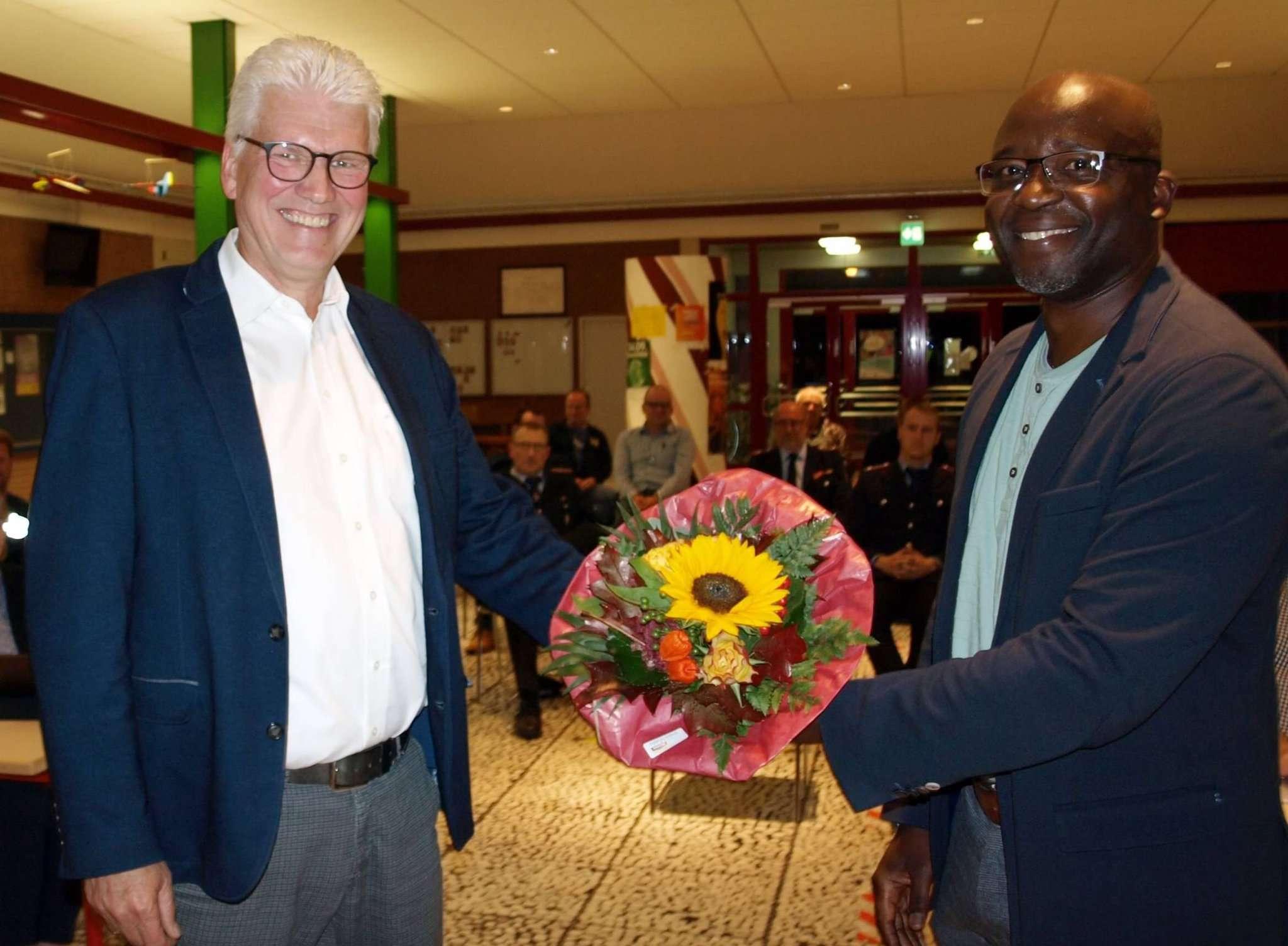 Bürgermeister Ralf Goebel (l.) dankt dem Ausschussvorsitzendem Tam Ofori-Thomas für das Engagement in den vergangenen fünf Jahren.