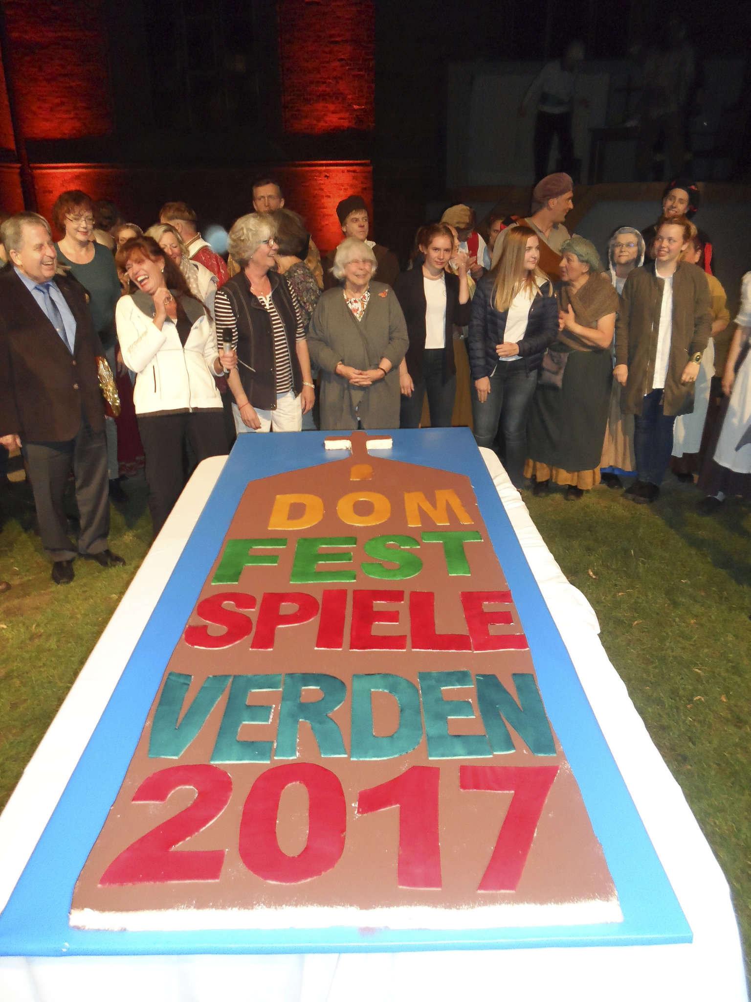 Am Ende der Domfestspiele gab es für alle Beteiligten Kuchen in XXL-Format. Foto: Henning Leeske