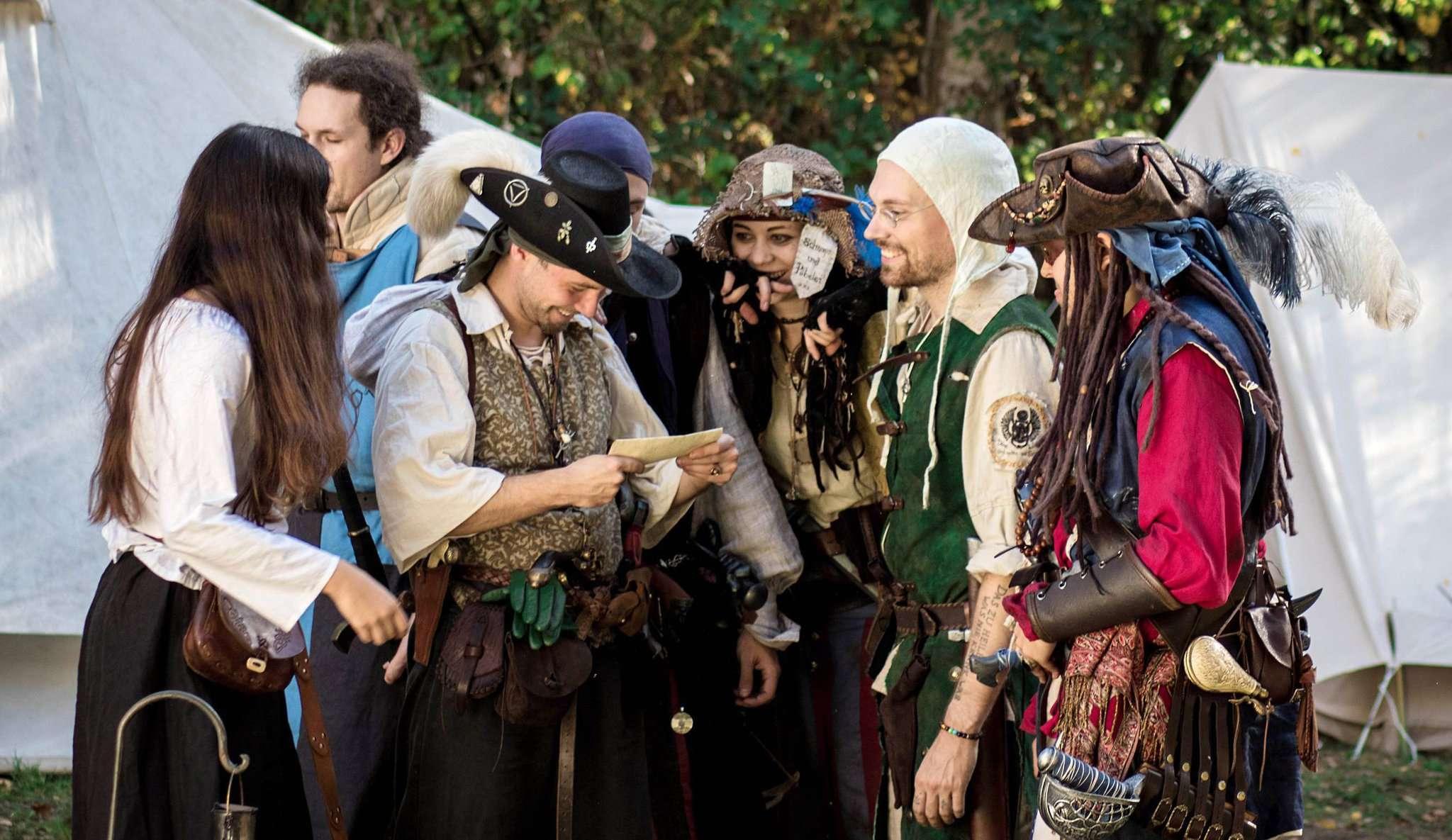 Mittelalterlich anmutende Kleidung, aber auch fantasievolle Eigenkreationen: Die Akteure der ersten LARP-Convention Feydora erschufen im Wald in Lehringen bei Kirchlinteln eine ganz neue Welt. Fotos: GegenkursMedia