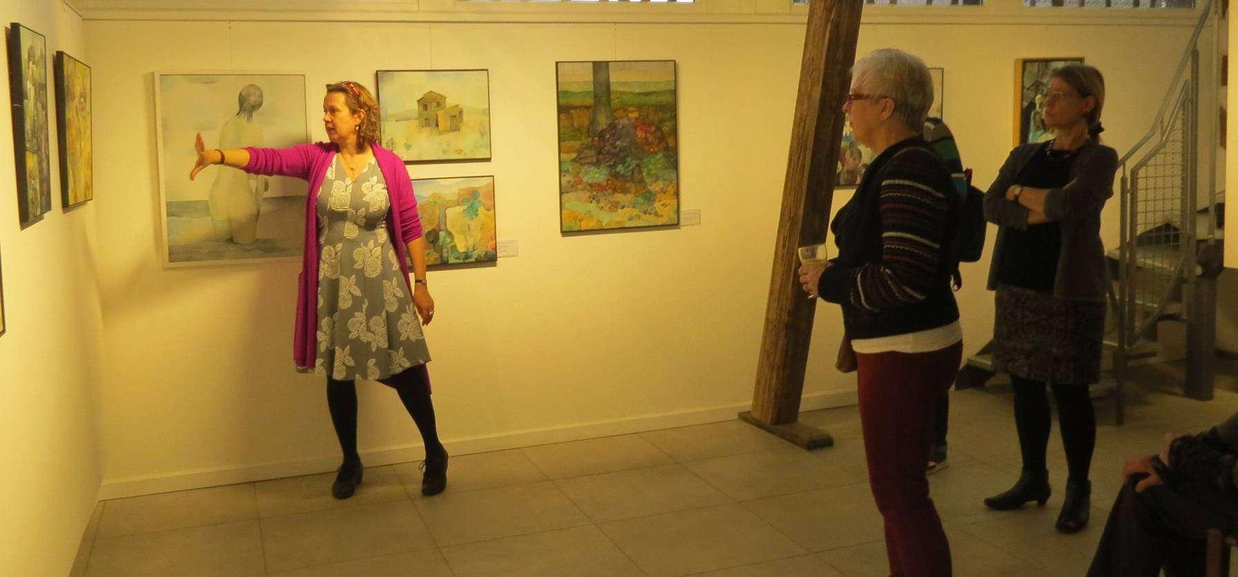 Die in Basel und Bonn arbeitende Kunsthistorikerin Ina Nettekoven führte durch die Geburtstagsausstellung. Foto: Elke Kepple-Rosenau