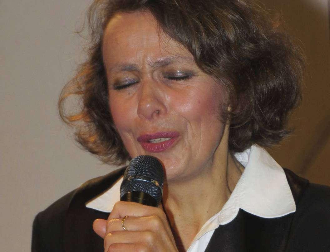 Die aus Quakenbrück stammende Sängerin Gabriele Banko sorgte mit Chansons für einen stimmungsvollen Jahresauftakt in Fischerhude.  Foto: Elke Keppler-Rosenau