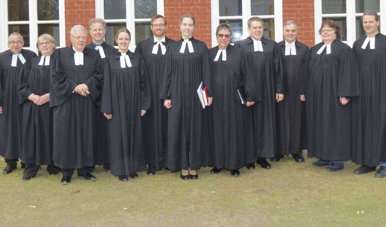 Silke Kuhlmann (Mitte) freut sich auf ihre neue Aufgabe. Die Pastoren der Nachbargemeinden ließen es sich nicht nehmen, bei ihrem Einführungsgottesdienst dabei zu sein.