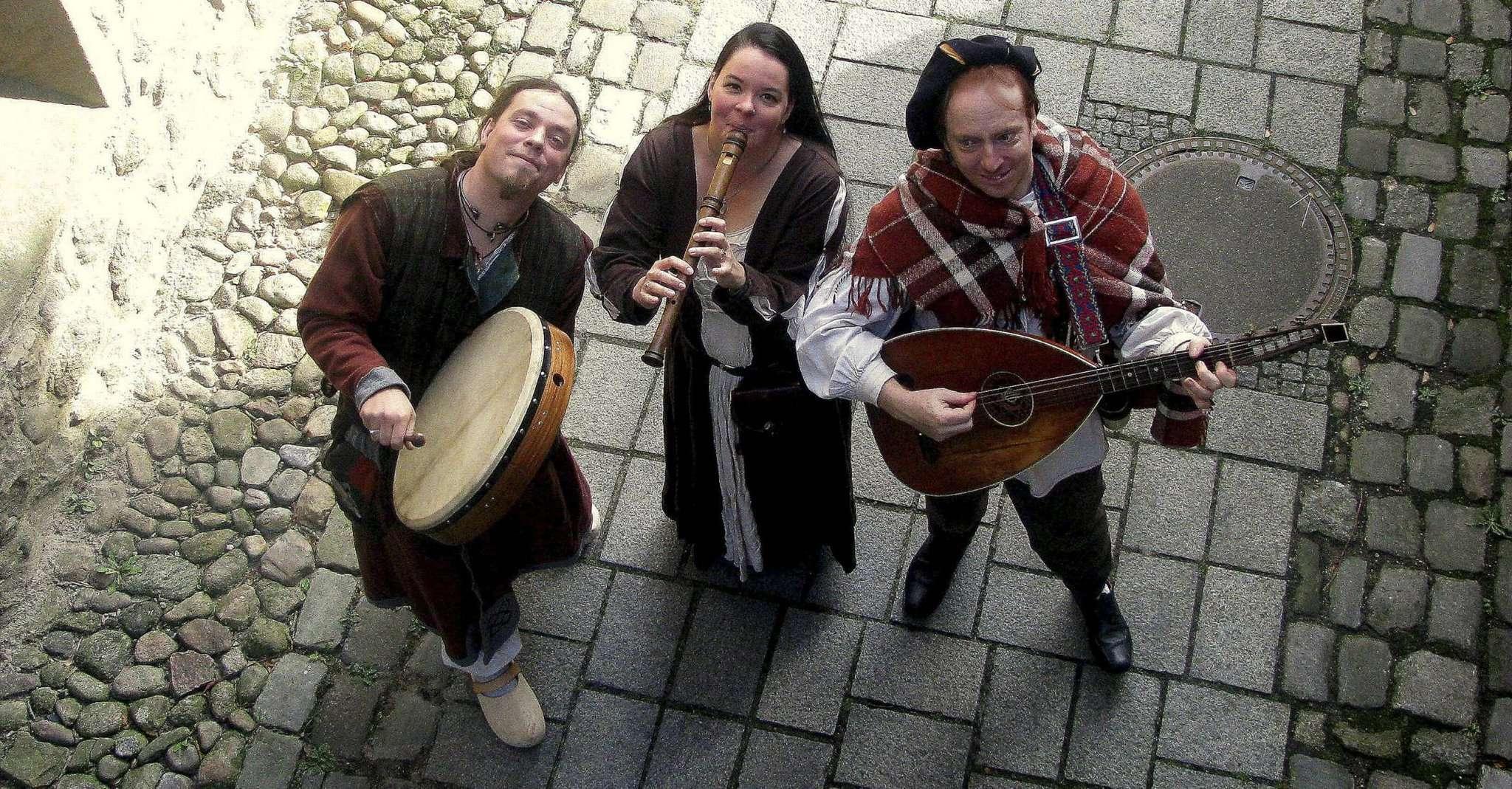 Basteln an ihrer ersten Irish-Folk-CD (von links): Wolfgang Röpnack, Anja Fahrenberg und Manolin Fahrenberg.