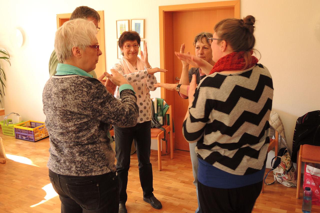 Gitte Wolfsson (rechts) zeigt Chormitgliedern, was es mit Improvisation auf sich hat.