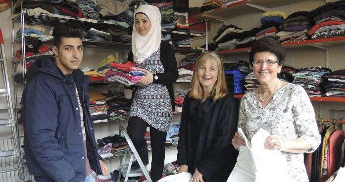 Haben alle Hände voll zu tun (von rechts): Ursula Granz und Christina Dittmer-Ropers von der Kleiderkammer, Fatim, die den Frauen hilfreich zur Seite steht und auch als Dolmetscherin agiert, und Ayman.