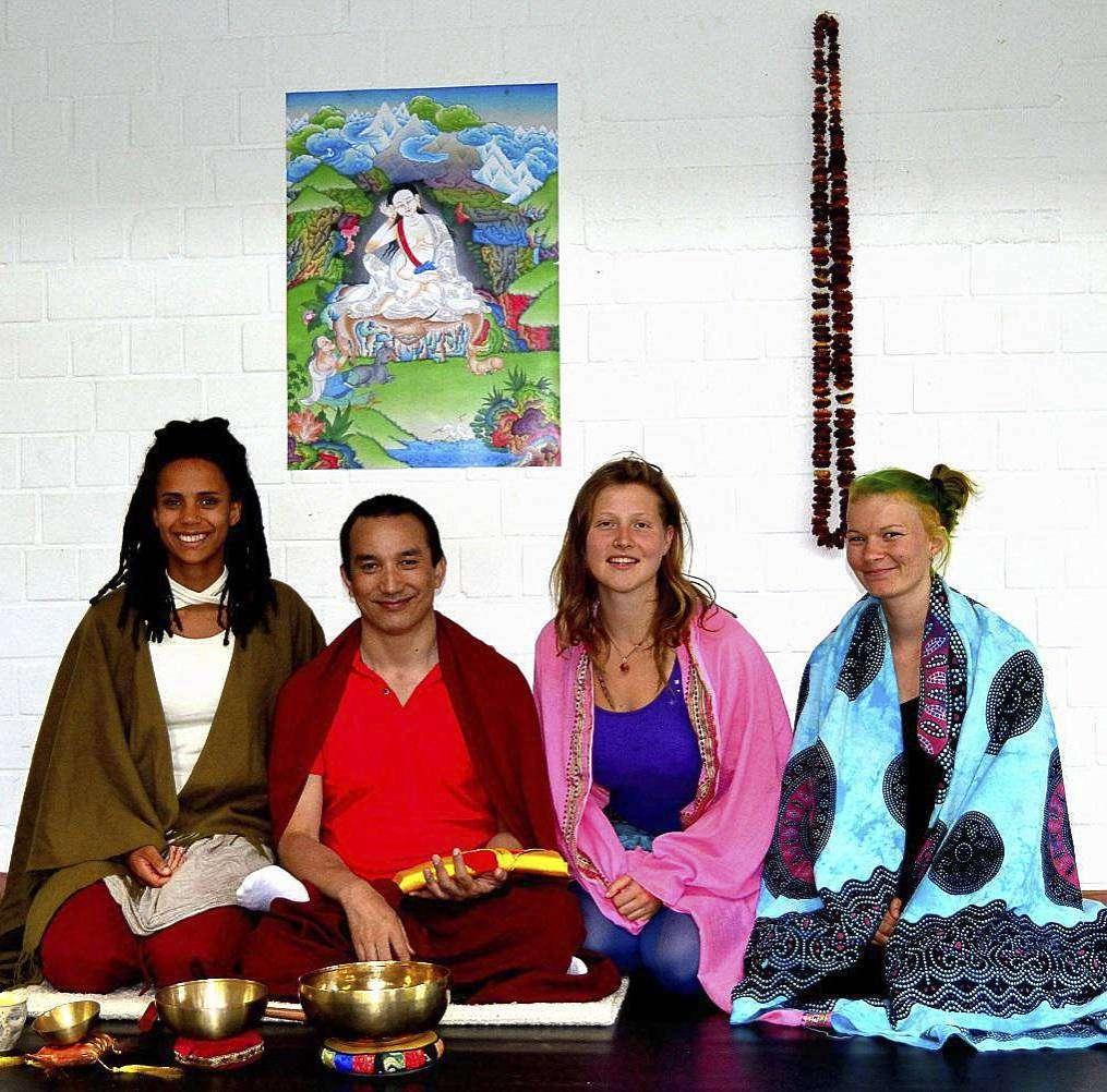 Drei Studentinnen und ein Lama (von links): Sinda Vögele, Lama Sangyas, Smaida Brestrich und Jennifer Lichtenberger