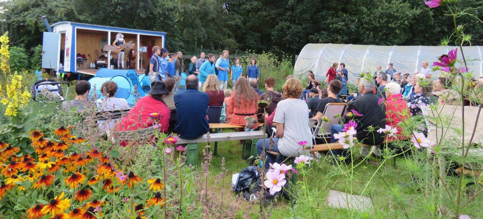 Der Gemeinschaftsgarten in Quelkhorn bot als Aufführungsort eine ungewöhnliche Kulisse für ein Theaterstück. Foto: Elke Keppler-Rosenau