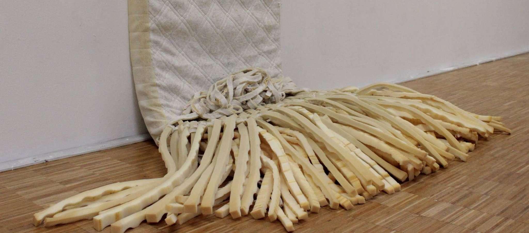 Der Förderpreis für Studierende der HKS in Ottersberg zeigt, dass dem Innenleben einer Matratze durchaus auch künstlerisch etwas abgerungen werden kann. Foto: Jan Wolfer