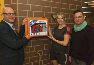Volksbank stiftet Defibrilator für das Otterbad