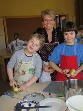Grundschule Fischerhude Drittklässler zwischen Kartoffeln Kräutern und Tischkultur