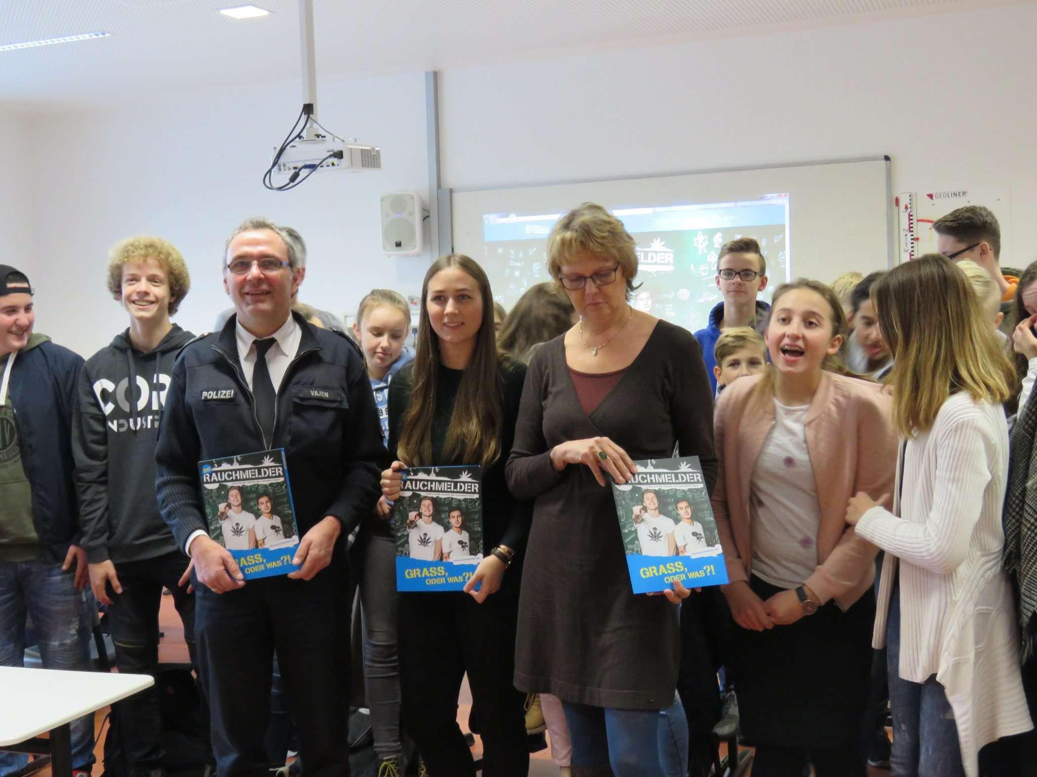 Inmitten von Schülern (von links): Heino Vajen, Lisa-Marie Kathmann und Heike Nodorp haben etwas gegen Drogen. Foto: Elke Keppler-Rosenau