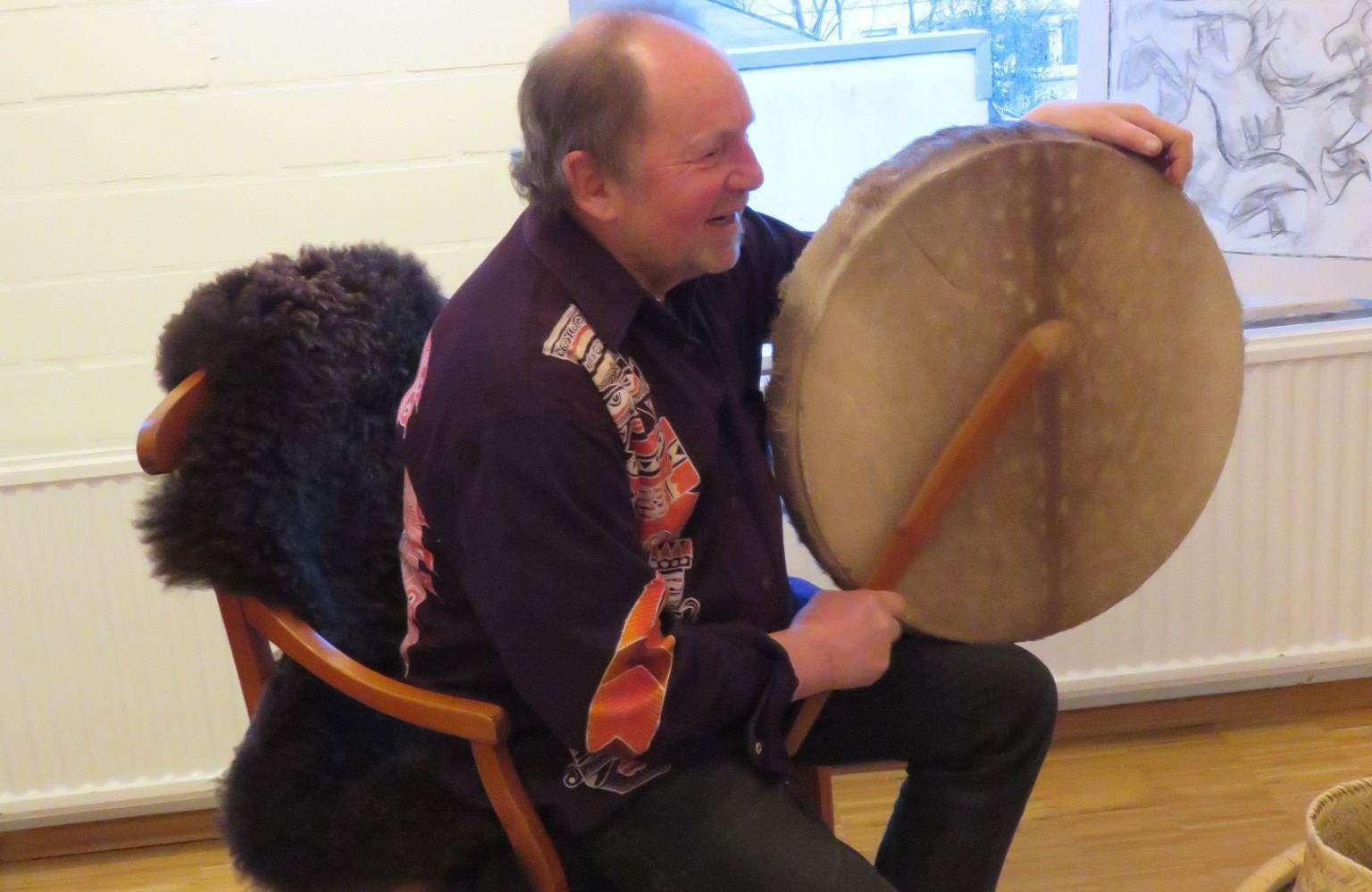 Für den Fischerhuder Künstler Jochen Richter gehören Trommeln und indianische Gesänge zum Begleitprogramm seiner Ottersberger Ausstellung. Foto: Elke Keppler-Rosenau