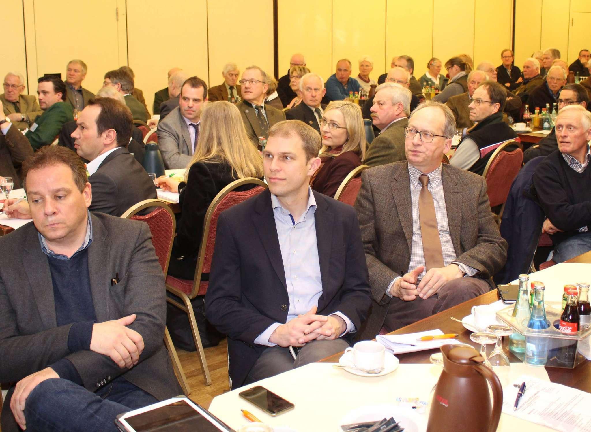 Viele Abgeordnete aus dem Landkreis Verden informierten sich bei den Waldbesitzern über die aktuellen Probleme im Forstbereich. Foto: Henning Leeske
