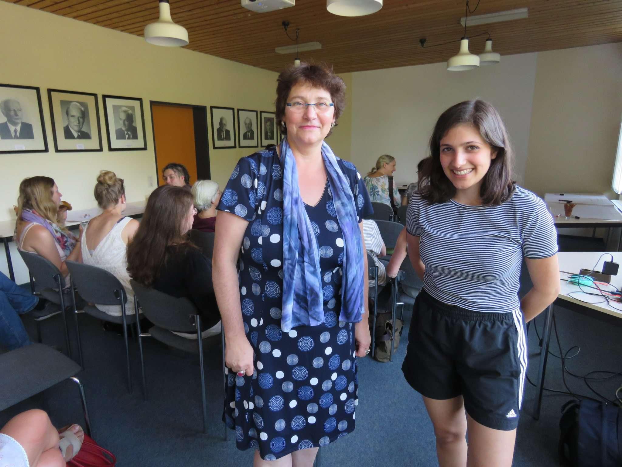 Marlies Meyer (links) und Sirin Özdin präsentierten einen Film über den tatsächlichen Stand der Gleichberechtigung. Foto: Elke Keppler-Roesenau