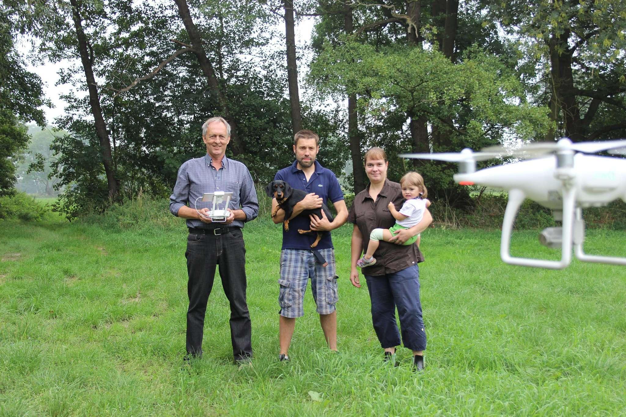 Wollen mithilfe einer Drohne mit Wärmebildfunktion Rehkitze vor den Mähmaschinen retten (von links): Bernd Heitmann sowie Thorsten und Sarah Meyer. Foto: Björn Blaak
