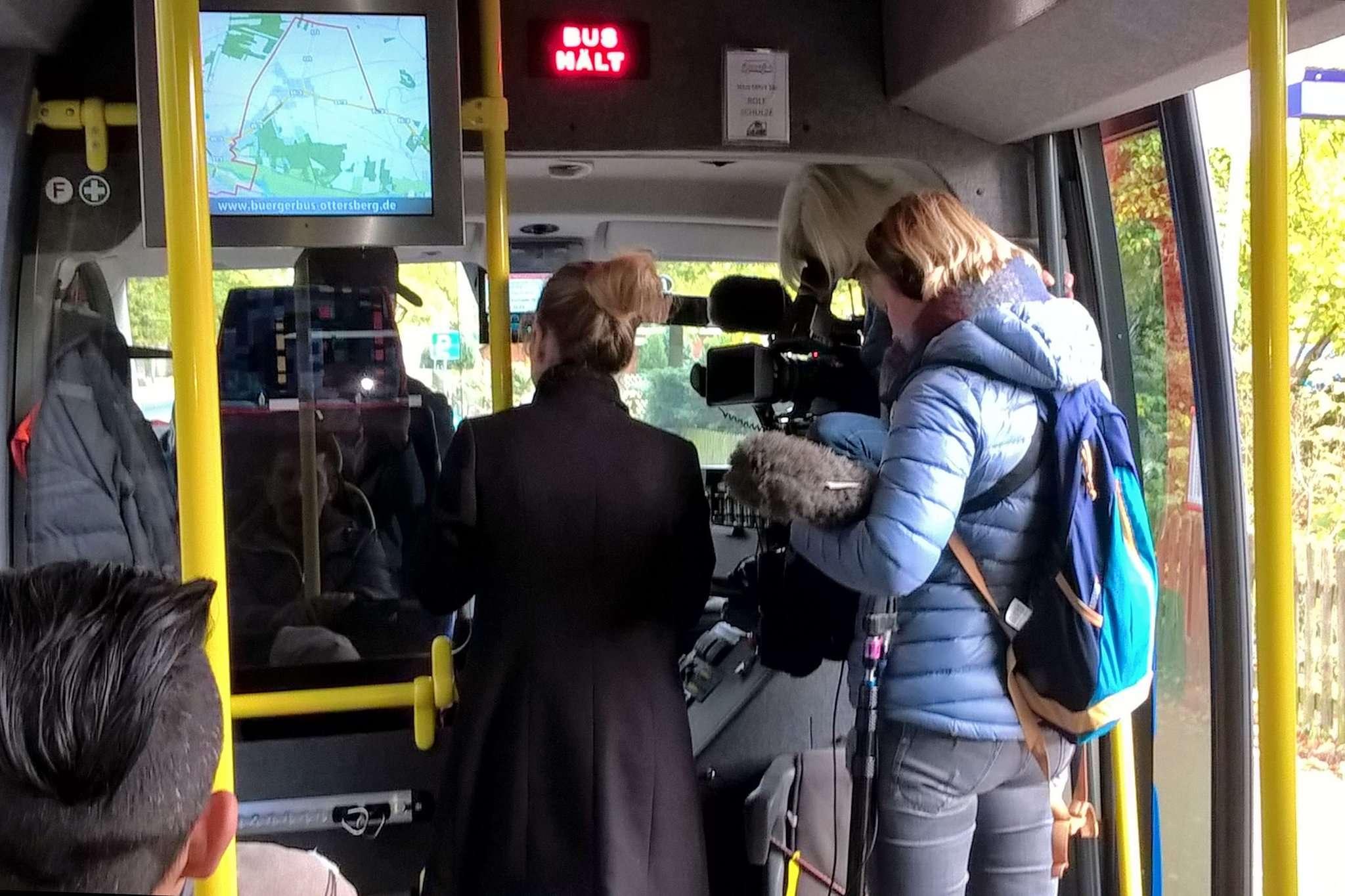 Ein Team des NDR war zu Besuch beim Bürgerbus in Ottersberg, um Fahrdienstleiter Rolf Schulze eine ganz besondere Überraschung zu bescheren. Foto: Bürgerbusverein Ottersberg