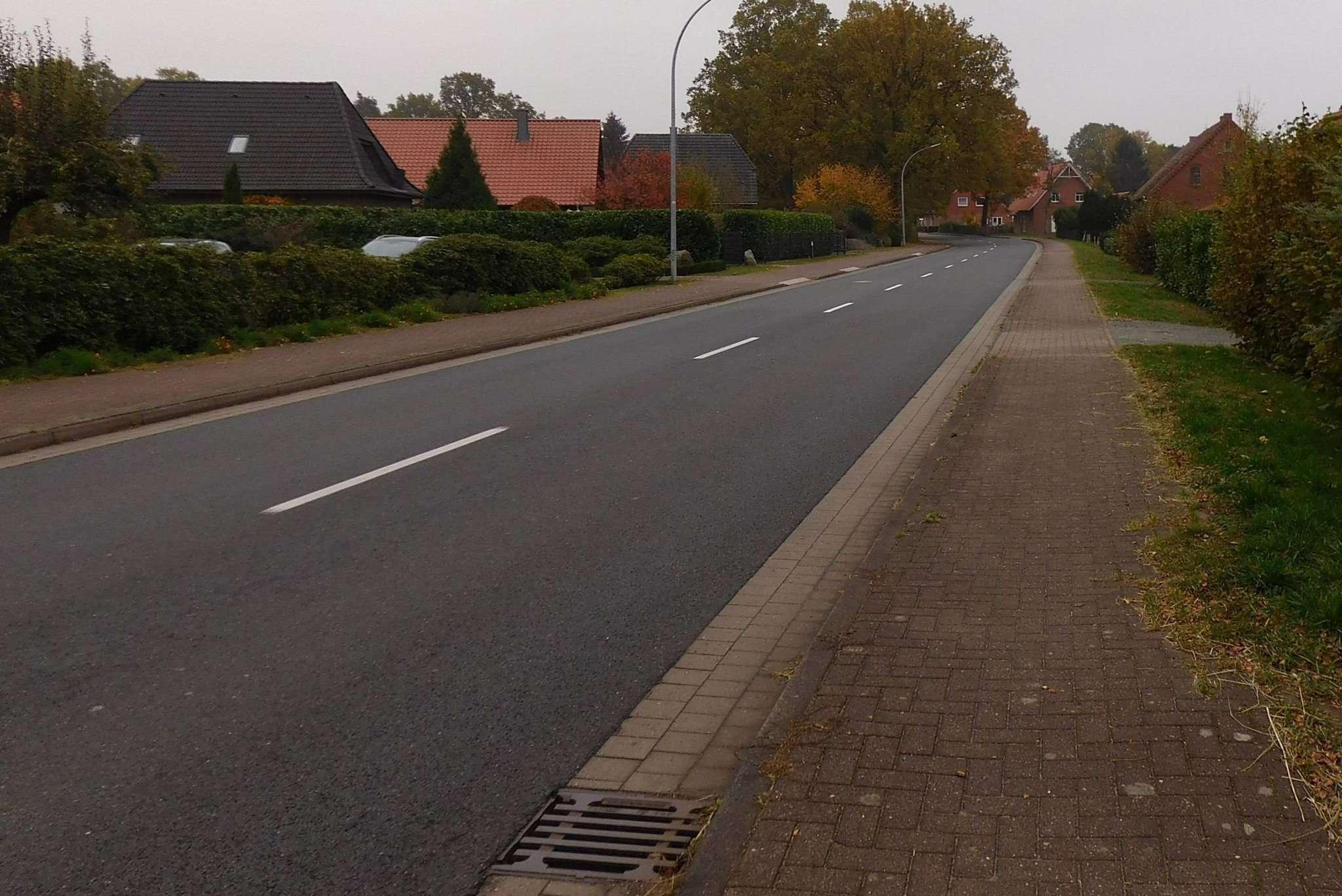 Auf der Kreisstraße 9 in Grasdorf geht es nur noch am Sonntagmorgen so ruhig zu. Ansonsten, so die Anwohner, sorgen dort zunehmend mehr Fahrzeuge für unzumutbaren Lärm. Foto: Sünje Lou00ebs