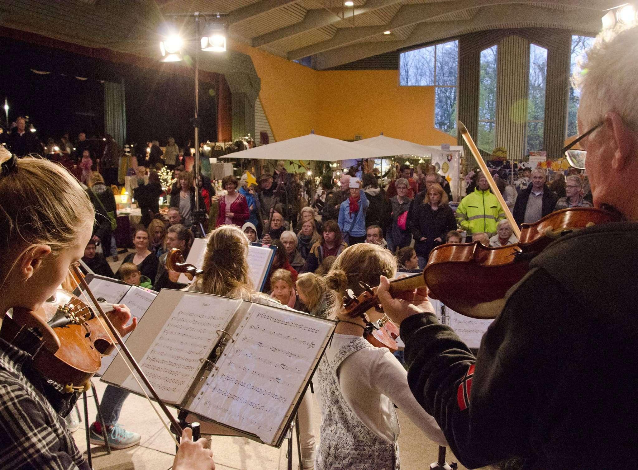 Auf dem Novembermarkt der Freien Rudolf Steiner Schule in Ottersberg gibt es, neben musikalischen Darbietungen, auch Handwerkskunst jedweder Couleur.