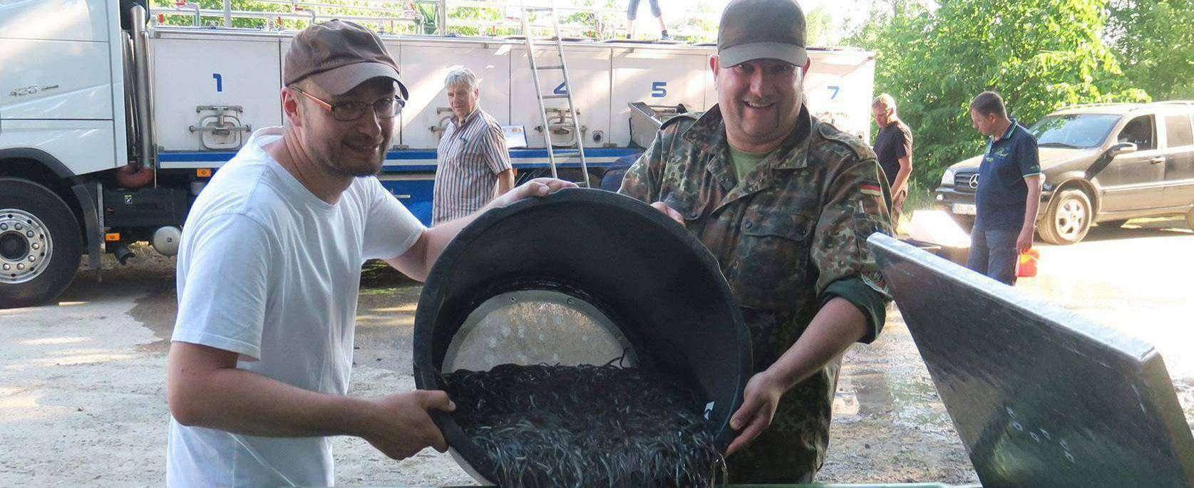 Setzten im vergangenen Juni rund 11.000 Jungaale in der Wümme aus: Mirko Pracht (links) und Olaf Weidenhöfer vom Fischereiverein Fischerhude-Quelkhorn.