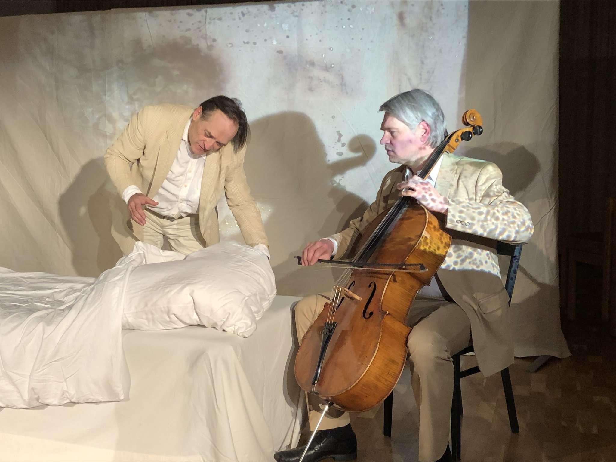 Martin Leßmann (links) verkörperte in einer grandiosen Aufführung Mutter und Sohn in einer szenischen Abfolge. Gero John begleitete die Aufführung musikalisch. Foto: Elke Keppler Rosenau