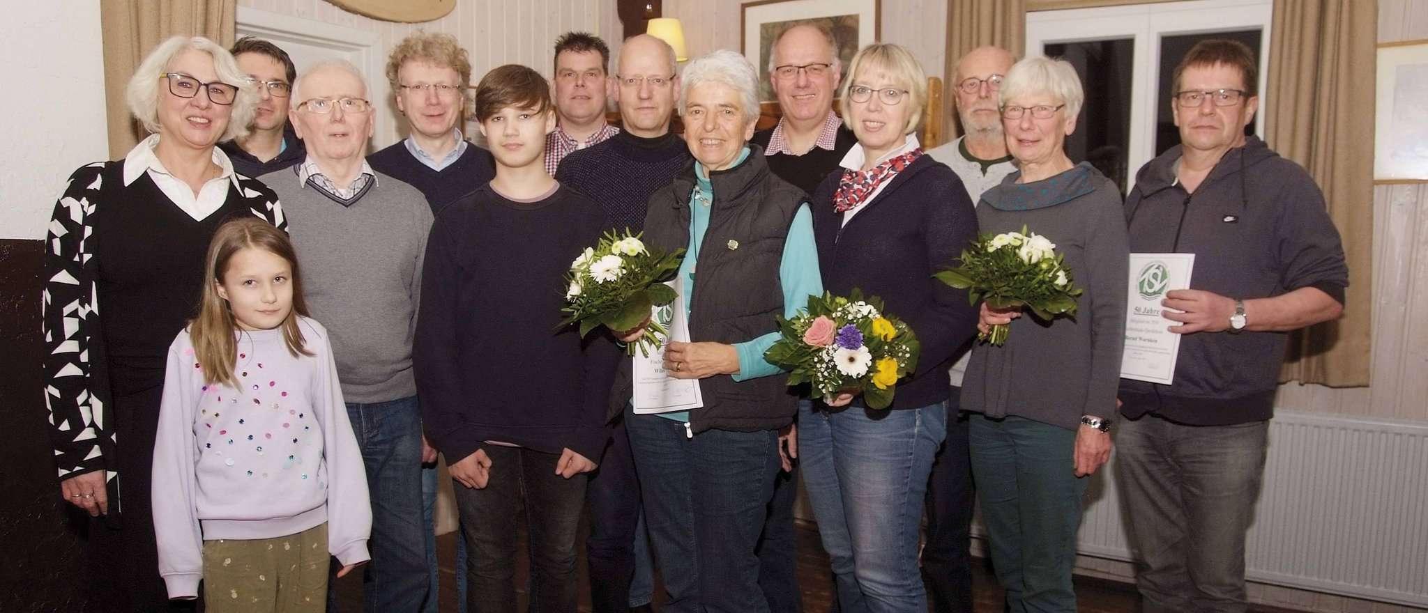 Die Geehrten mit der Vorsitzenden Edeltraut Cordes (links) Foto: Tobias Woelki