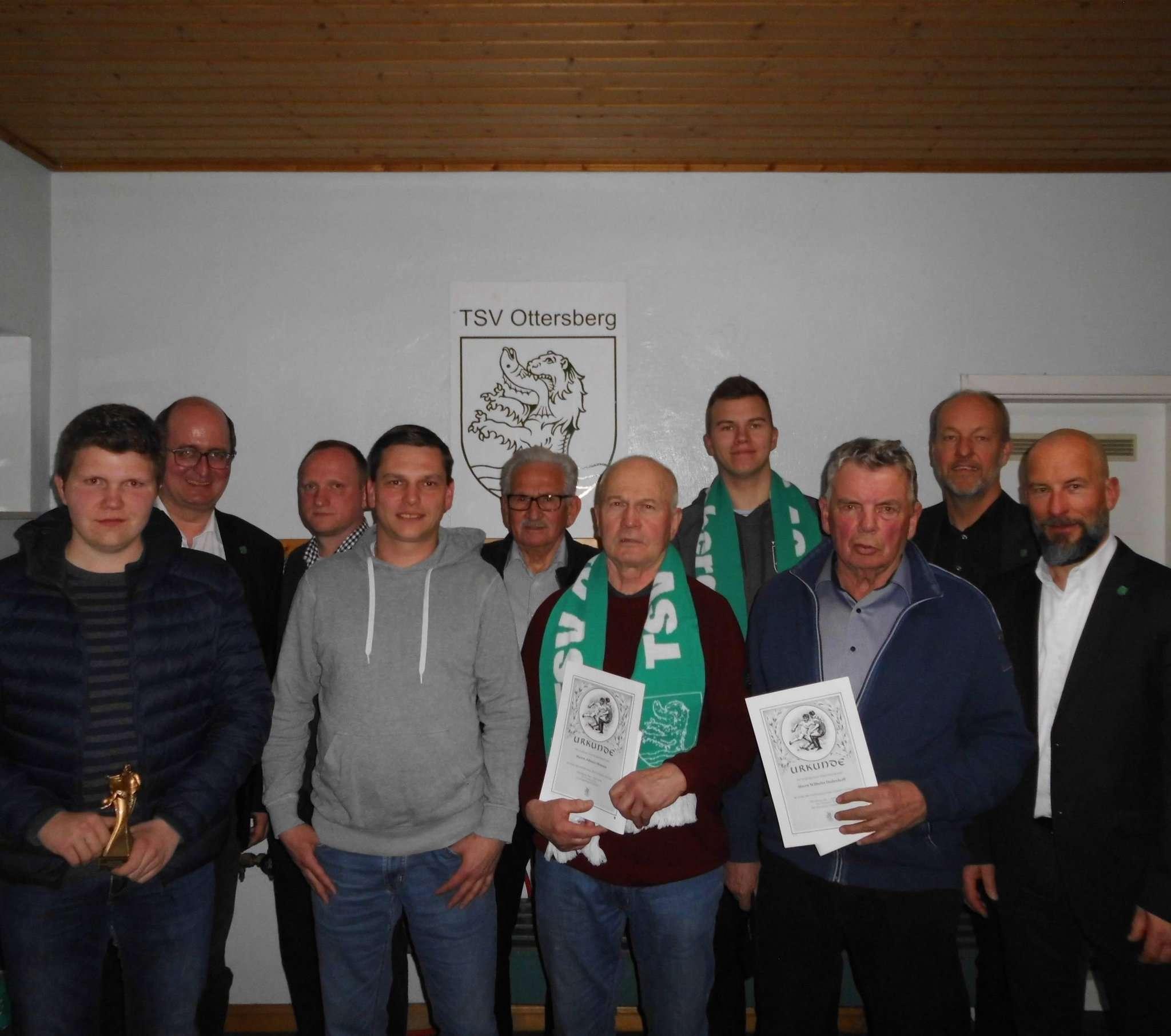Geehrte und verdiente Mitglieder der Fußballersparte des TSV Ottersberg.