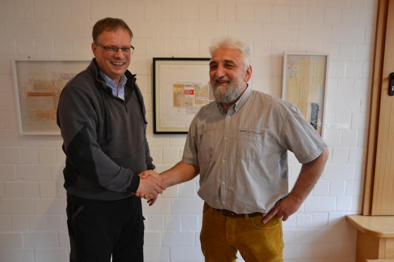 FGBO-Vorsitzender Harald Steege (rechts) begrüßt Landwirt Jens Cordes, der in Ottersberg einen Vortrag über den dramatischen Preisanstieg bei Nutzflächen hielt.