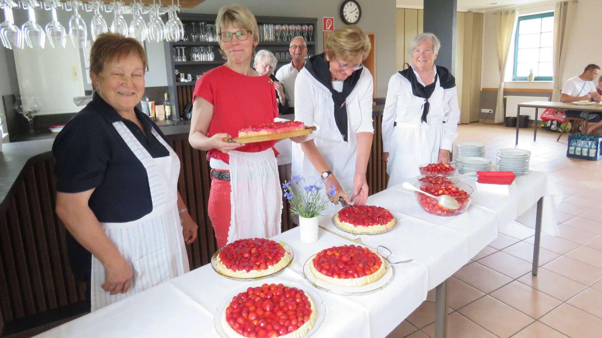 Fleißige Helferinnen sorgten für ein üppiges Erdbeerkuchenbüfett in Bassen.  Foto: Elke Keppler-Rosenau